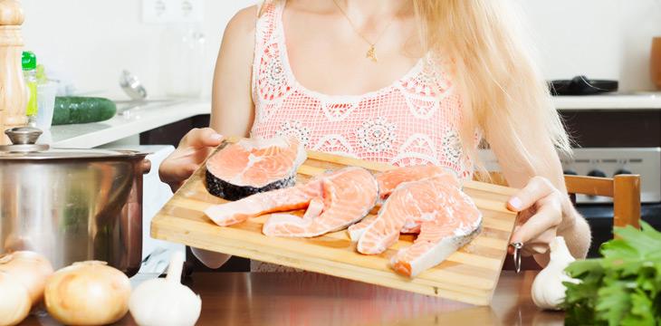 Mujer embarazada comiendo pescado