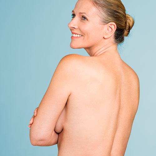 Causas de la caída de los senos: envejecimiento