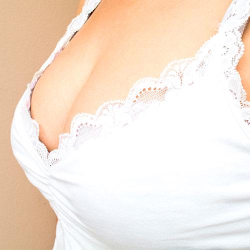Causas de la caída de los senos: volumen de los pechos