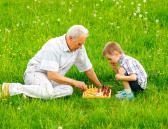 Abuelo jugando al ajedrez con su nieto