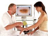 Paciente en la consulta del dermatólogo
