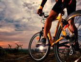Ciclista en bicicleta en el atardecer
