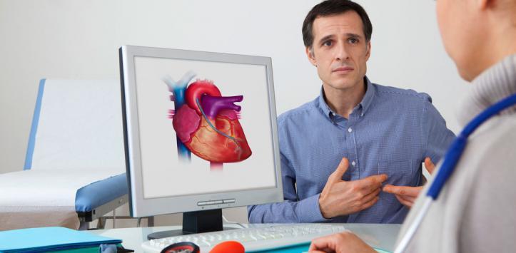 Hombre en la consulta del cardiólogo