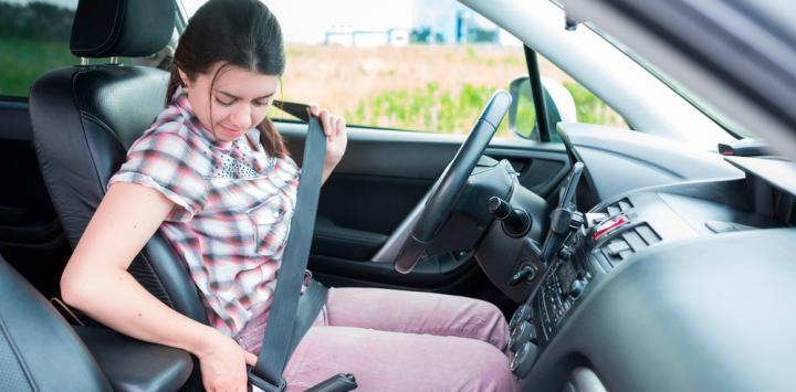 cómo debes sentarte al volante para evitar lesiones y accidentes