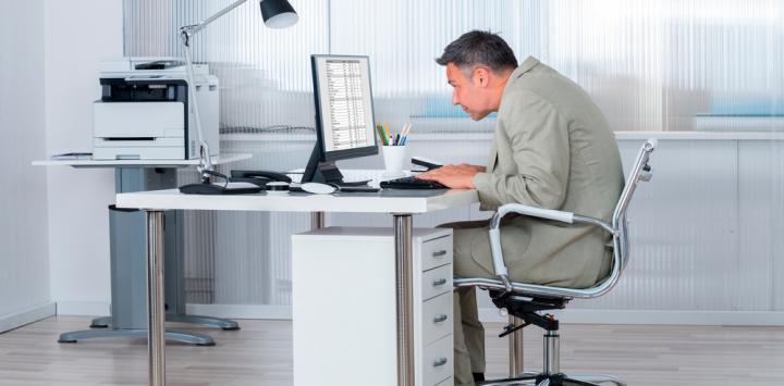 Trabajador trabaja sentado