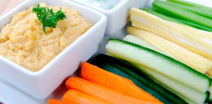 5. Humus con palitos de zanahoria