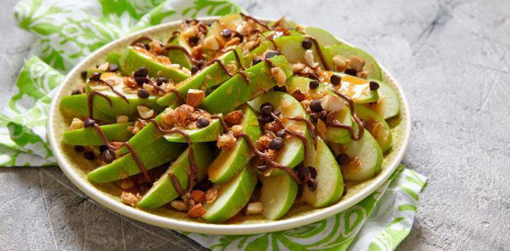 2. Apio o manzana con mantequilla de nuez y pasas