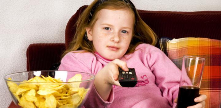 Ver la tele en las comidas fomenta obesidad infantil