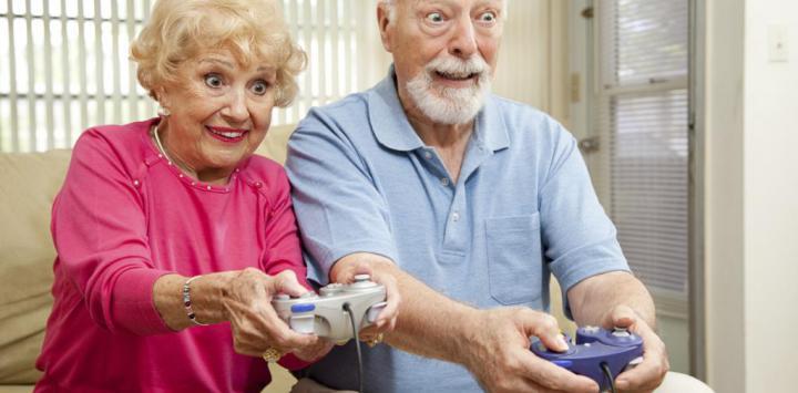Una pareja mayor jugando a un videojuego