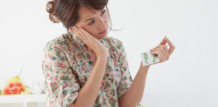 Mujer tomando antidepresivos