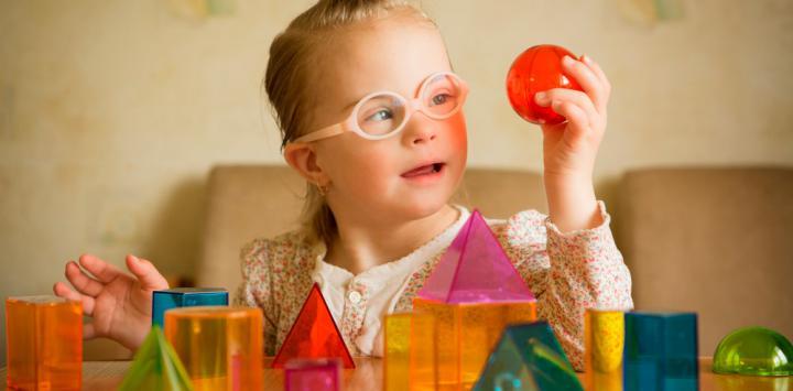 Niña con Sindrome de Down aprendiendo