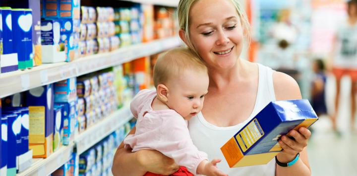 Madre con su bebé mira un alimento infantil