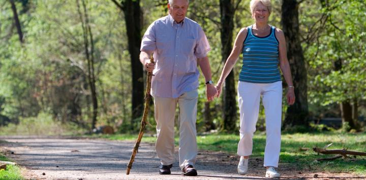 Enfermo de Parkinson paseando