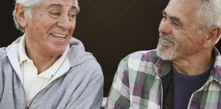 Dos hombres mayores charlando