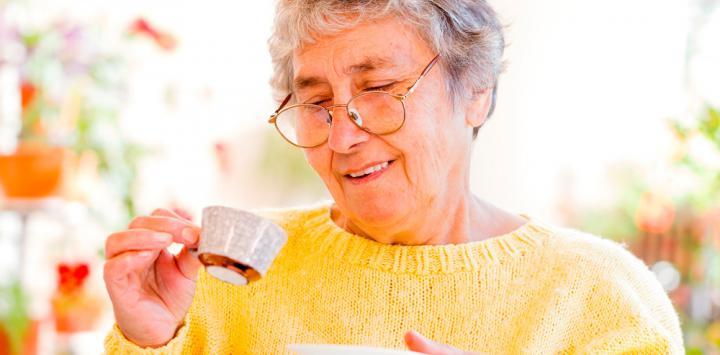 Mujer mayor tomando café