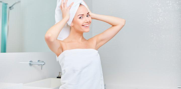 Mujer usa toallas después de la ducha