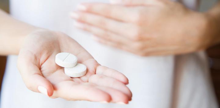 Mujer tomando fármacos