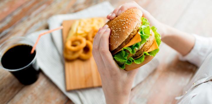La ingesta de grasas y comida basura aumenta las ganas de comer