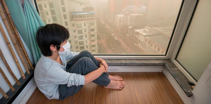 Niño con mascarilla por la contaminación