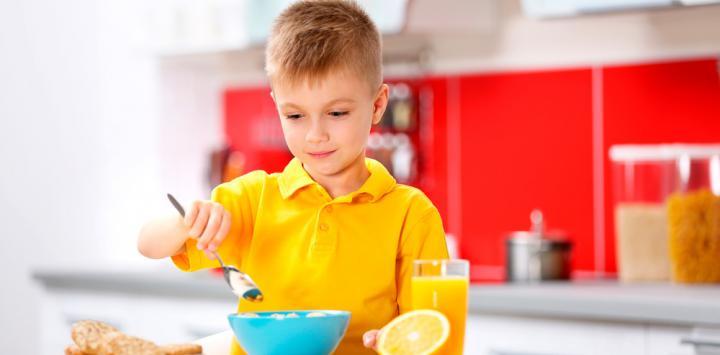 Niño tomando un buen desayuno