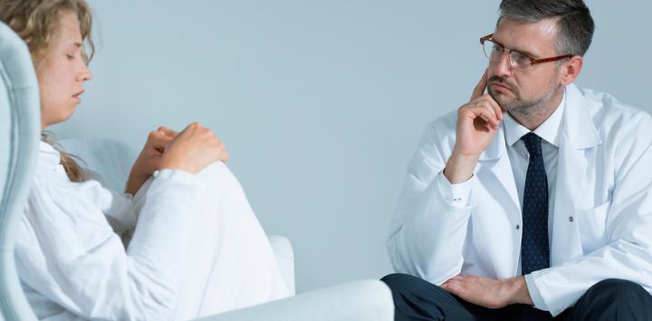 Doctor con paciente de esquizofrenia