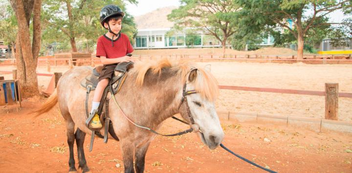 Niño discapacitado montando a caballo