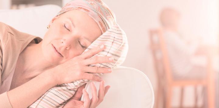 Mujer con cáncer de mama durmiendo