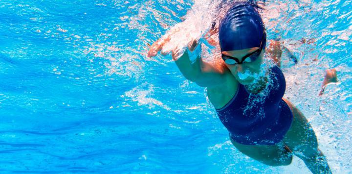 Deportista practicando natación