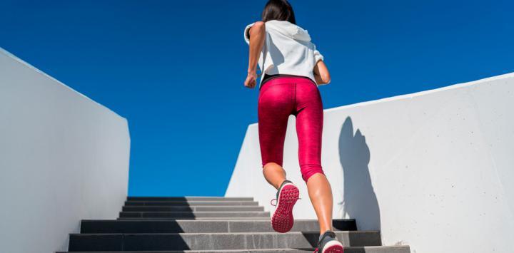 Chica realiza entrenamiento a intervalos subiendo escaleras