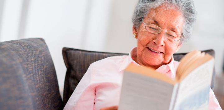 Anciana leyendo un libro
