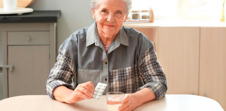 Mujer mayor tomando estatinas para el colesterol
