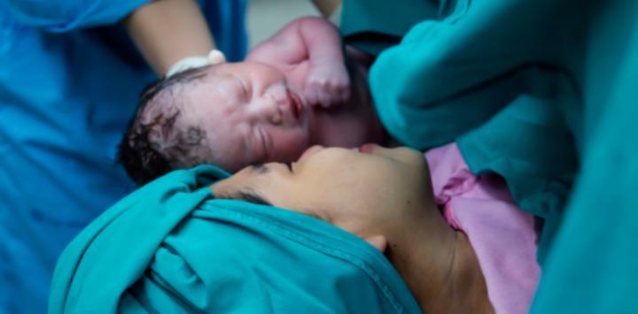 Mujer en el paritorio con su bebé recién nacido