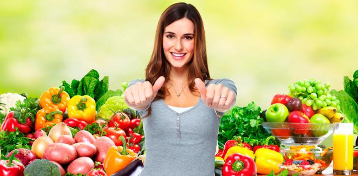 Mujer rodeada de fruta