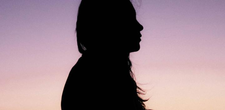 Mujer con dolor provocado por la fibromialgia