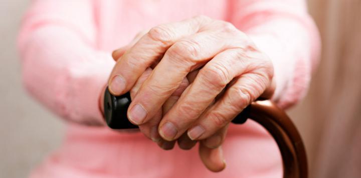 Anciana con bastón
