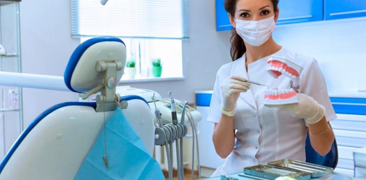 Dentista mostrando implantes dentales