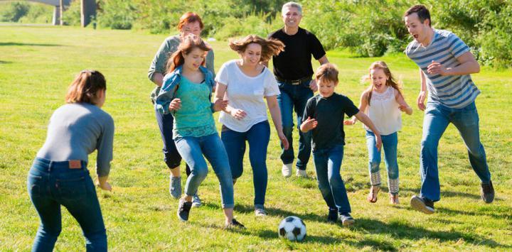 Personas jugando al fútbol para mejorar su salud