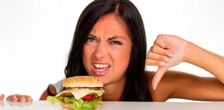 Mujer comiendo comiendo basura