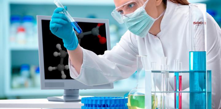 Científica investigando el mecanismo causante del trastorno bipolar