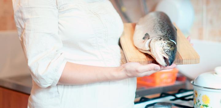 El salmón en el embarazo reduce el riesgo de asma