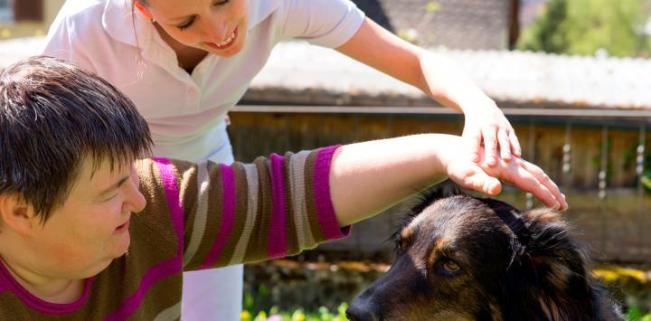 Persona con trastorno mental acariciando a un perro