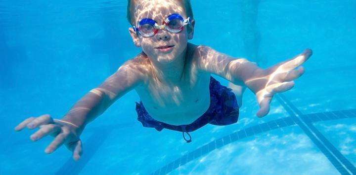El agua de las piscinas aumenta el riesgo de conjuntivitis