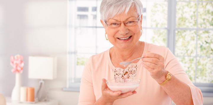 Anciana con alzhéimer comiendo probióticos