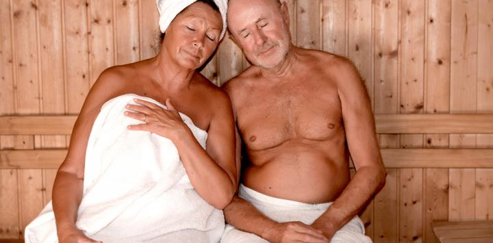 Pareja mayor en la sauna