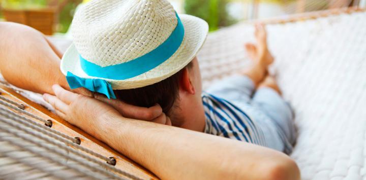 Hombre echándose la siesta