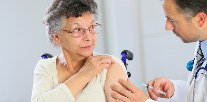 Anciana recibiendo apomorfina
