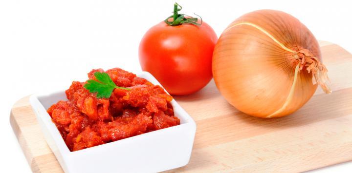 Sofrito de tomate cocinado a fuego lento y con cebolla