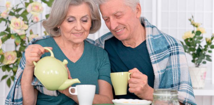 Pareja mayor tomando té para prevenir el deterioro cognitivo