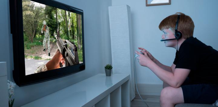 Niño jugando a un videojuego violento