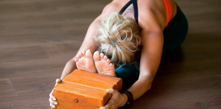 Mujer practicando yoga lyegar